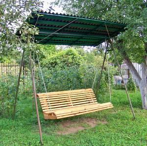 Деревянные качели для дачи
