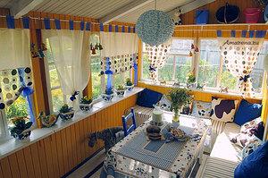 Закрытая веранда может выполнять функции летней кухни и столовой.