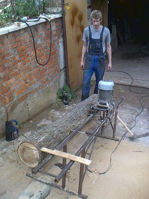 Цепная мини-пилорама - удобный инструмент.