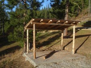 Отдельный навес с бетонным основанием на даче