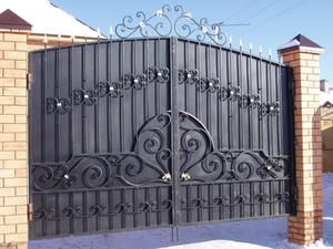 Кованные ворота - это очень красиво.