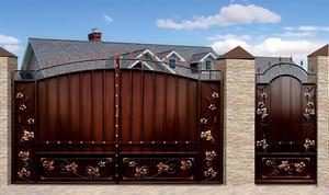 Конструкция ворот с кованными украшениями показана на фото