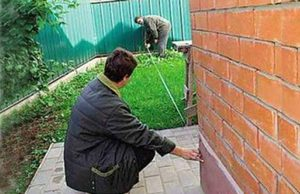 На сколько метров разрешается поставить забор от дома