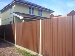 Дом с забором из профилированного листа