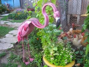 Самодельный фламинго на участке создан из покрышек.