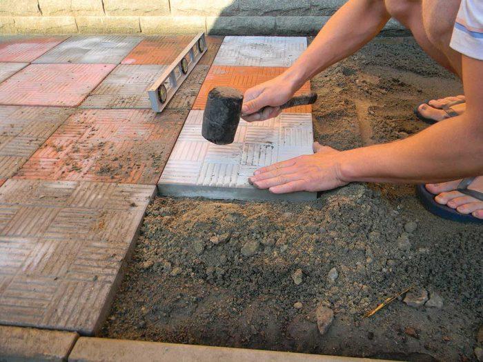 Укладка тротуарной плитки - какой способ установки выбрать?