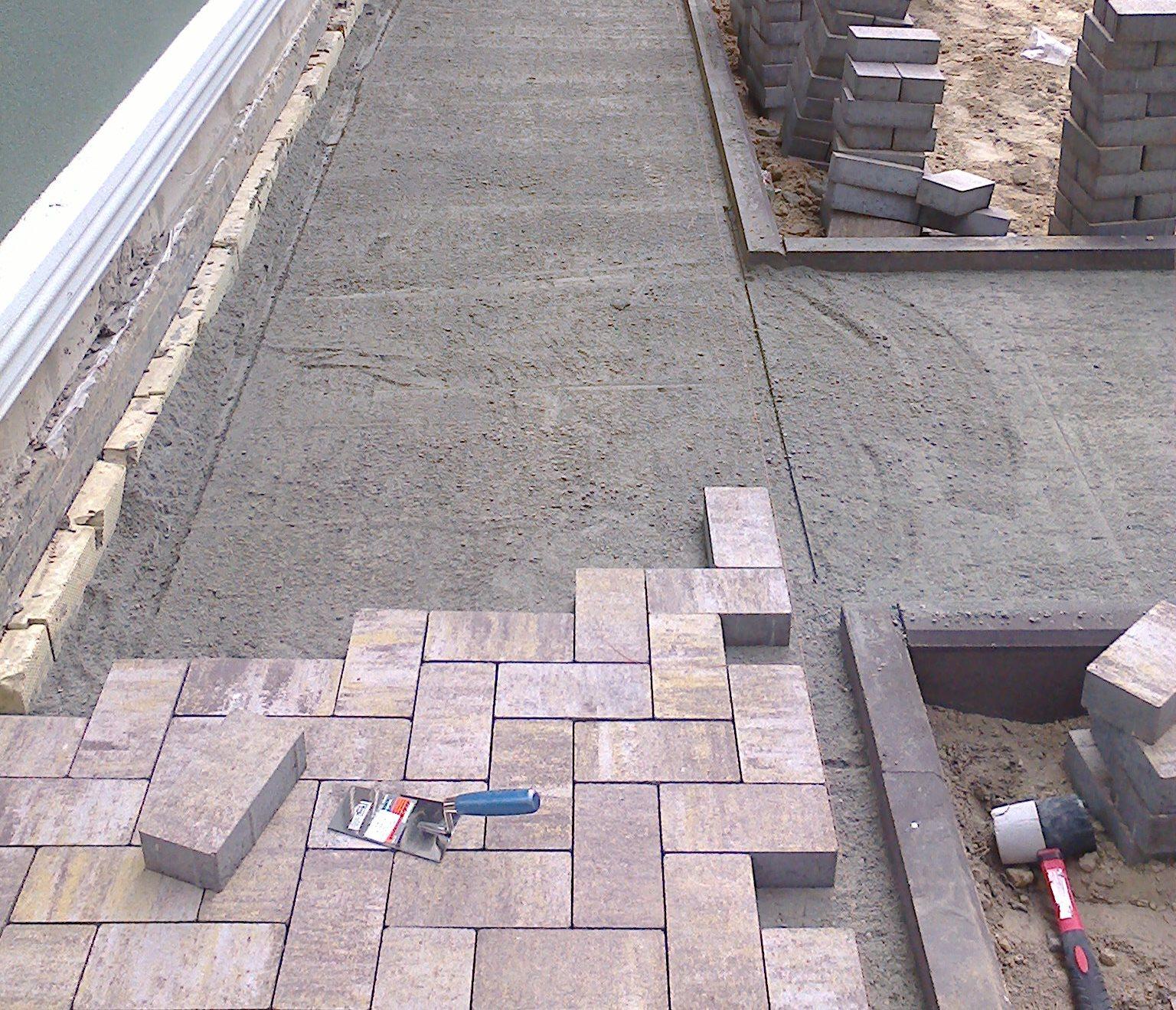 Укладка тротуарной плитки своими руками на бетонное основание и видео