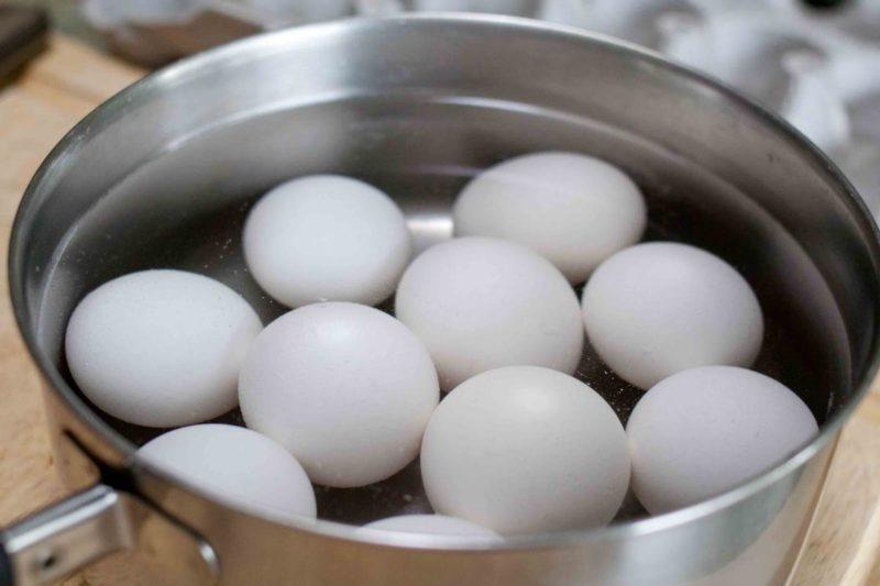 Не спешите выливать воду, в которой варились яйца – она вам еще пригодится