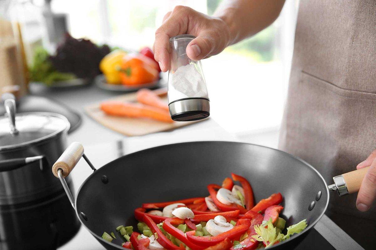 Спасти, нельзя выкинуть: 5 действенных способов убрать лишнюю соль из блюда