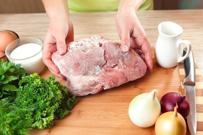 4 ошибки при размораживании мяса, совершать которые опасно для здоровья