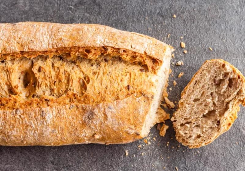 Выбросить нельзя: 6 необычных способов использования черствого хлеба для сада и огорода