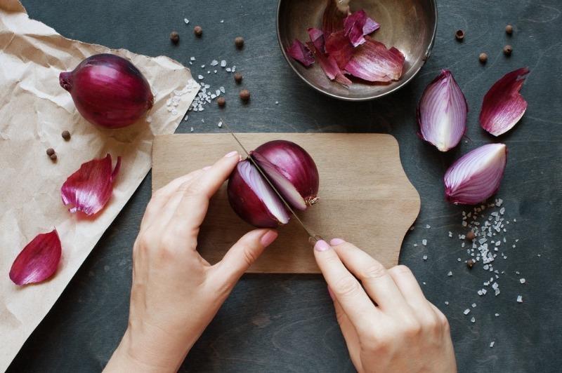 5 оригинальных лайфхаков, которые научат чистить и резать лук без слез