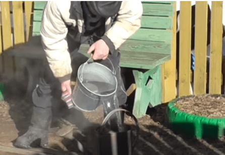 Горячую воду переливают в лейку
