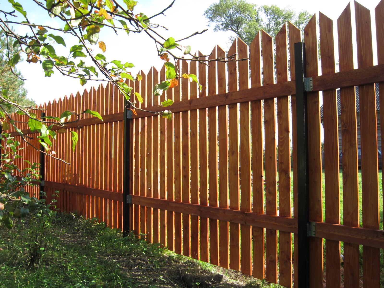 Деревянные заборы из штакетника: варианты, фото