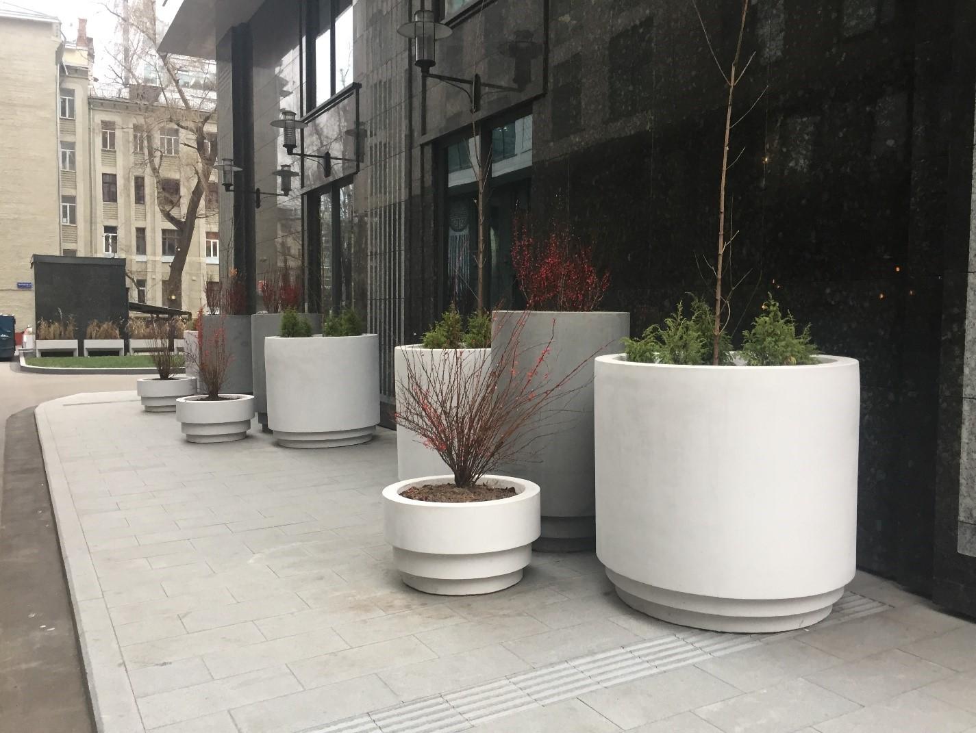 Уличные бетонные вазоны для цветов